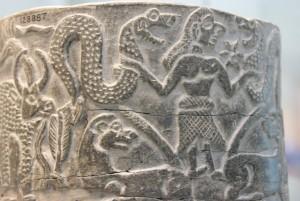 Шумерская богиня Иштар с двумя змеями - жизненными энергиями